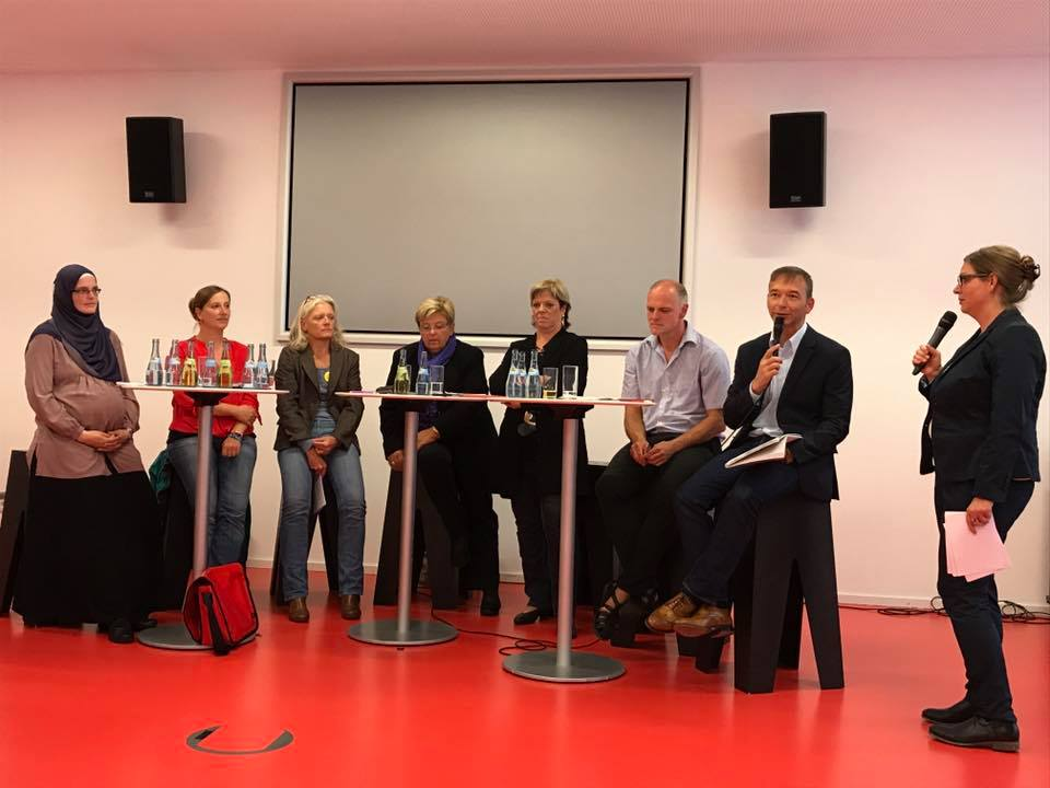 Von links nach rechts: Lydia Abdallah (Motherhood e.V.), Johanna Tiarks (Die Linke), Jutta Eichenauer (1. Vorsitzende Hebammenverband Baden-Württemberg), Iris Ripsam (MdB, CDU), Sabine Wölfe (SPD), Thomas Poreski (Bündnis 90/Grüne), Pascal Kober (FDP) und Angelika Hensoldt (Moderation).