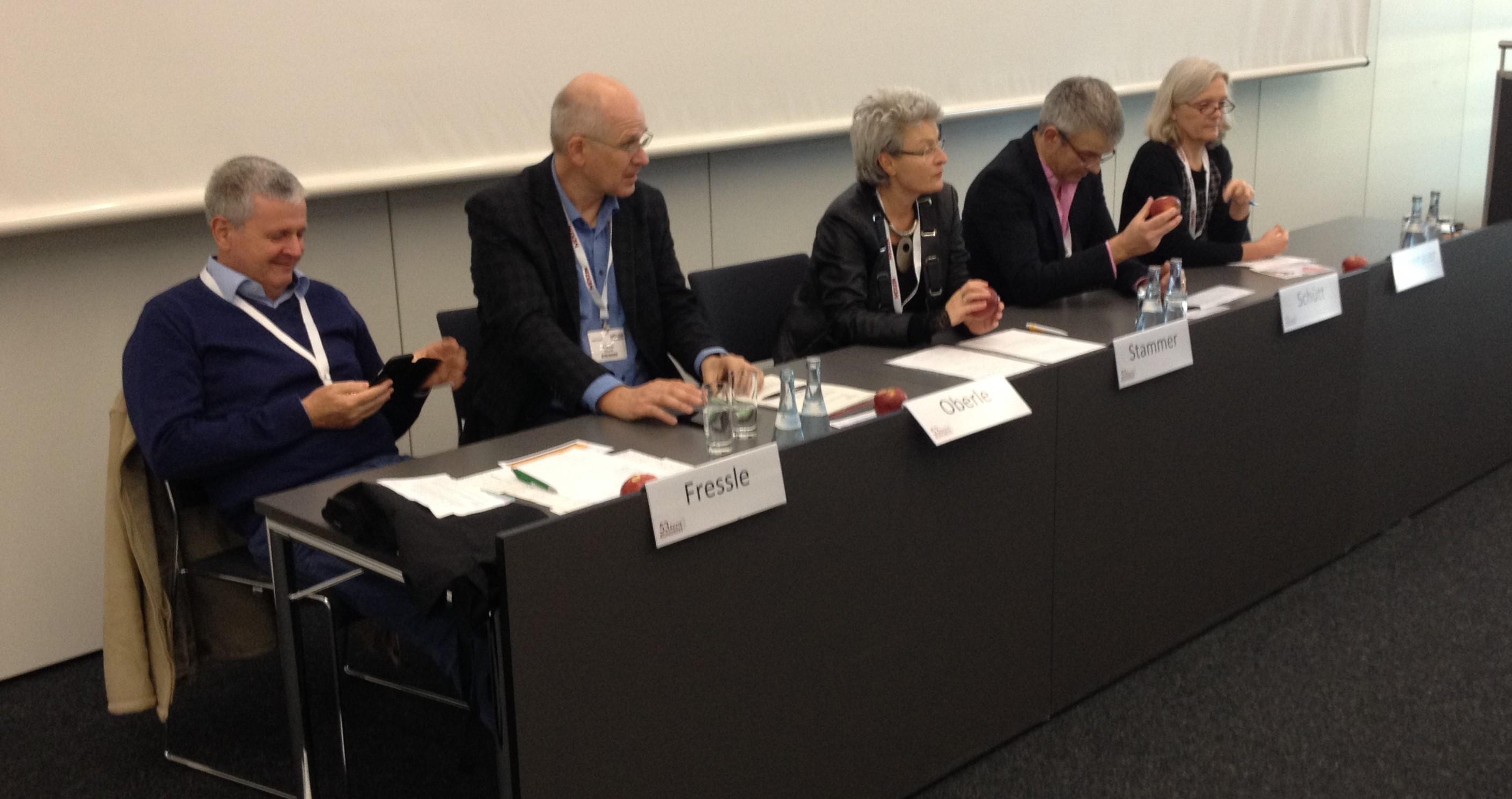 Auf dem Podium: Dr. Fressle, Dr. Oberle, Dr. Stammer, Dr. Schütt, J. Eichenauer (von links nach rechts)